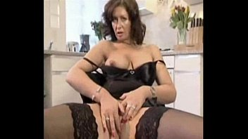 BUSTY HOUSEWIFE IS FUCKING A DELIVERY GUY